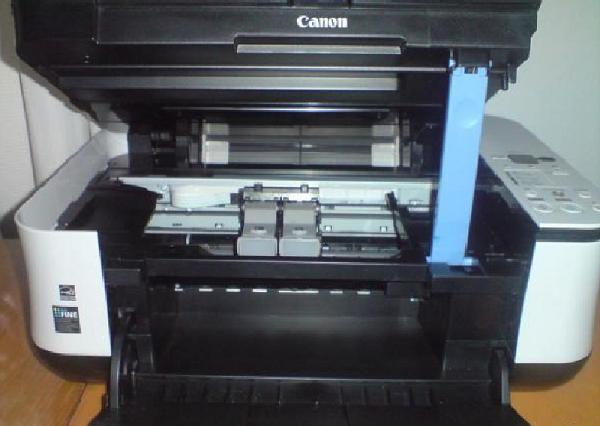 Принтер с открытой крышкой технологического отсека