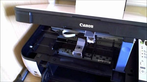 Принтер с уже извлеченным картриджем